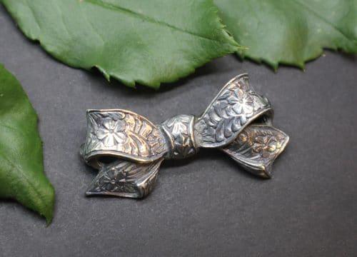 Schöne Trachtenschmuck Schleife als Brosche, in Silber und Blumenmuster