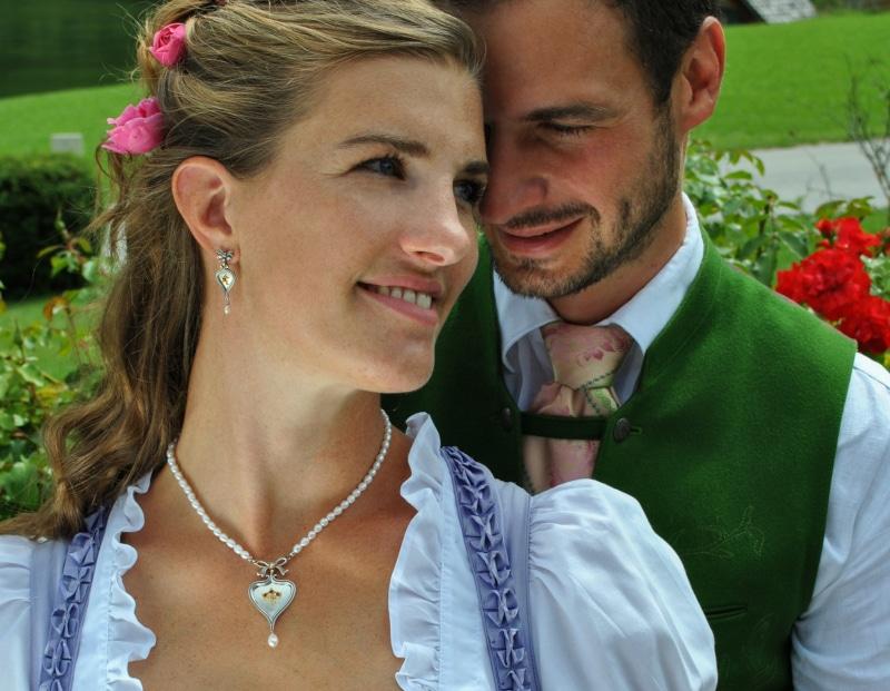 Trachtenschmuck zur Hochzeit: Perlencollier Minna zum Dirndl getragen