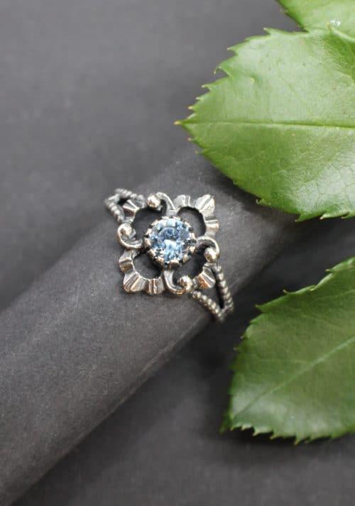 Trachtenschmuck Ring für Damen in Silber mit hellblauem Edelstein gefasst