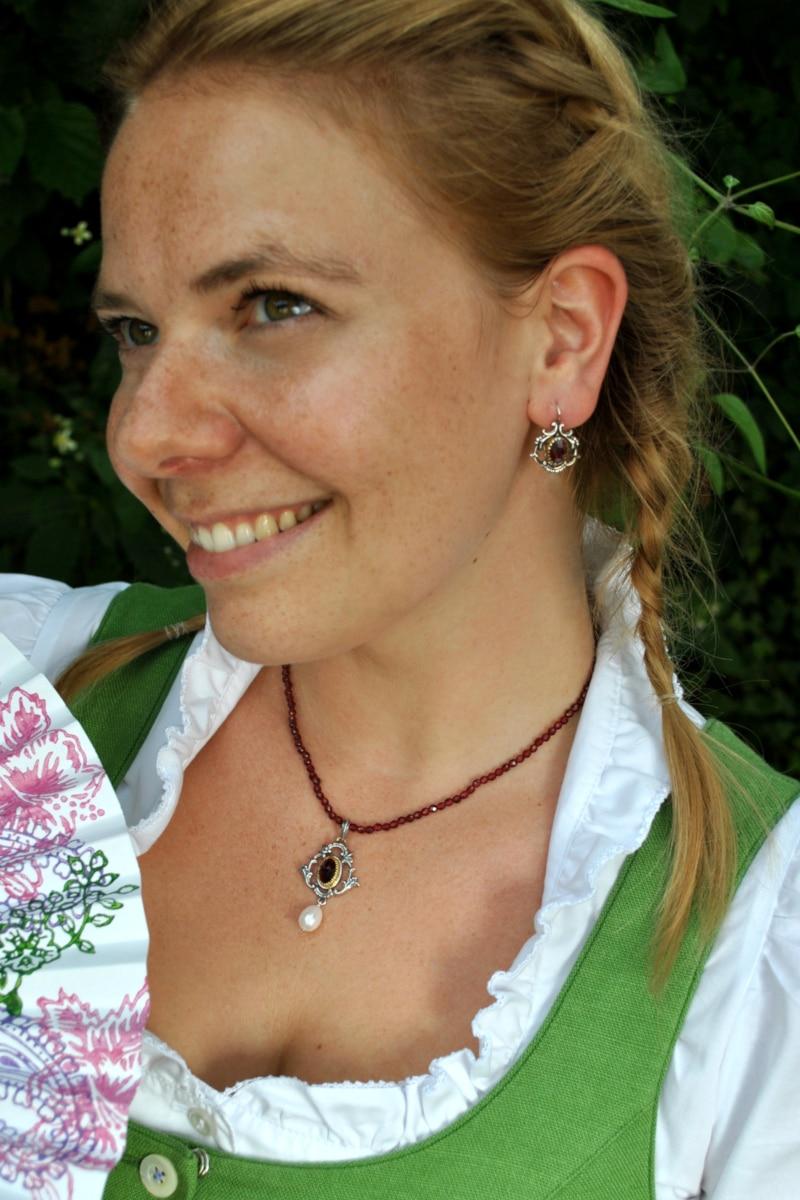 Trachtenschmuck Granatkette mit silbernen Trachtenschmuck Anhänger zum grünen Dirndl getragen