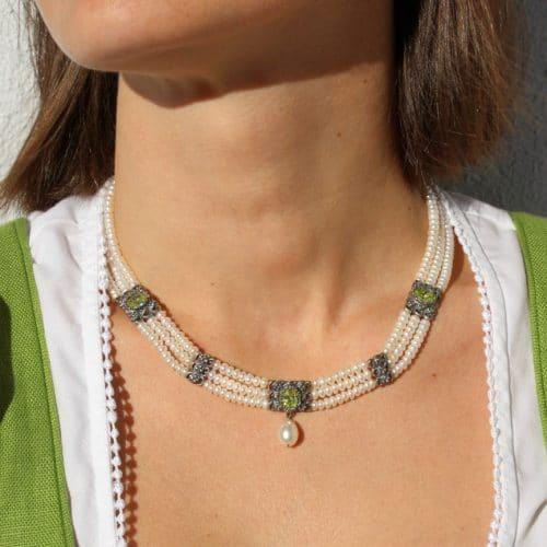 3-reihiges Perlencollier mit grünem Cubic Zirkonia zum Dirndl