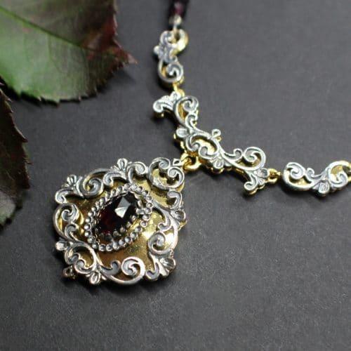 Granatkette mit Silber vergoldetem Mittelteil und Granat gefasst. Im Online-Shop erhältlich