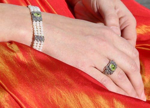 Grüner Trachtenschmuck zum Dirndl: 3-reihiges Perlenarmband und Silberring gefasst mit grünem Cubic Zirkonia