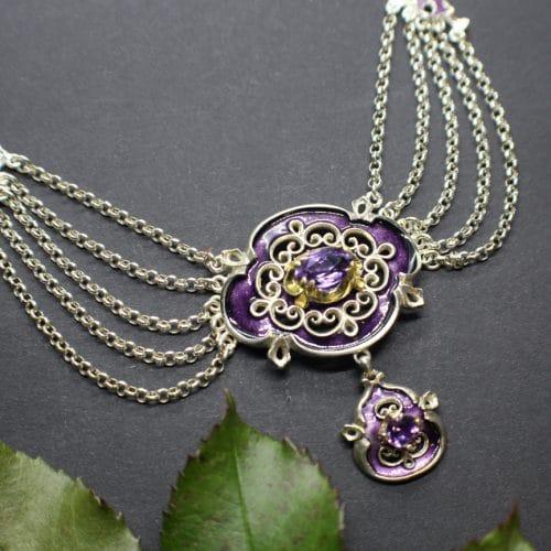Verhangcollier in Silber mit violettem Emaille und Amethyst gefasst, Design: antiker Charme