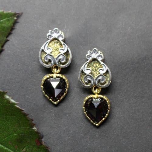 Trachtenschmuck in Herzform. Ohrstecker in Silber vergoldet und Granat im Herzschliff