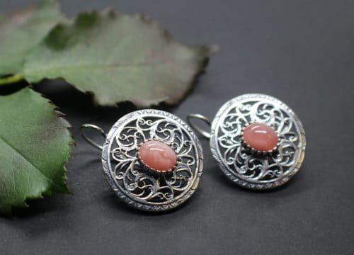Runde, trachtige Ohrstecker mit rosafarbenem Edelstein (Rhodochrosit)